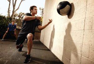 ejercicios con una bola médica